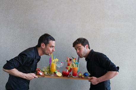 Lutz und Moritz trinken Cocktails
